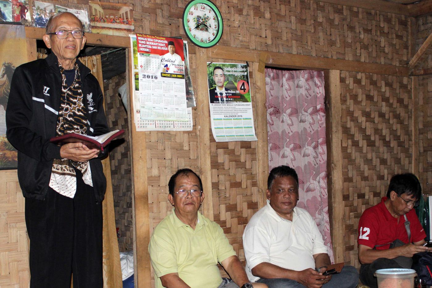 Penatua Wiranto Sudarmono menyapa warga pos lewat Firman Tuhan